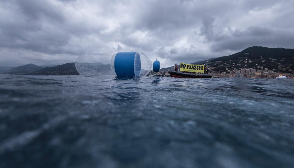 Manifestazione di Greenpeace per sensibilizzare sul tema plastica, foto courtesy Greenpeace