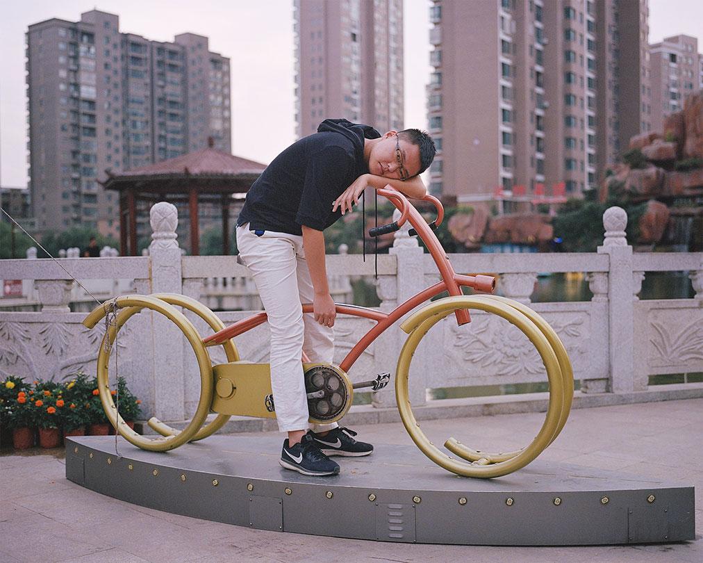 Yangkun Shi ha provato a tradurre in fotografie la solastalgia, la nostalgia per quei posti in cui si è vissuto e che hanno subito modifiche e alterazioni